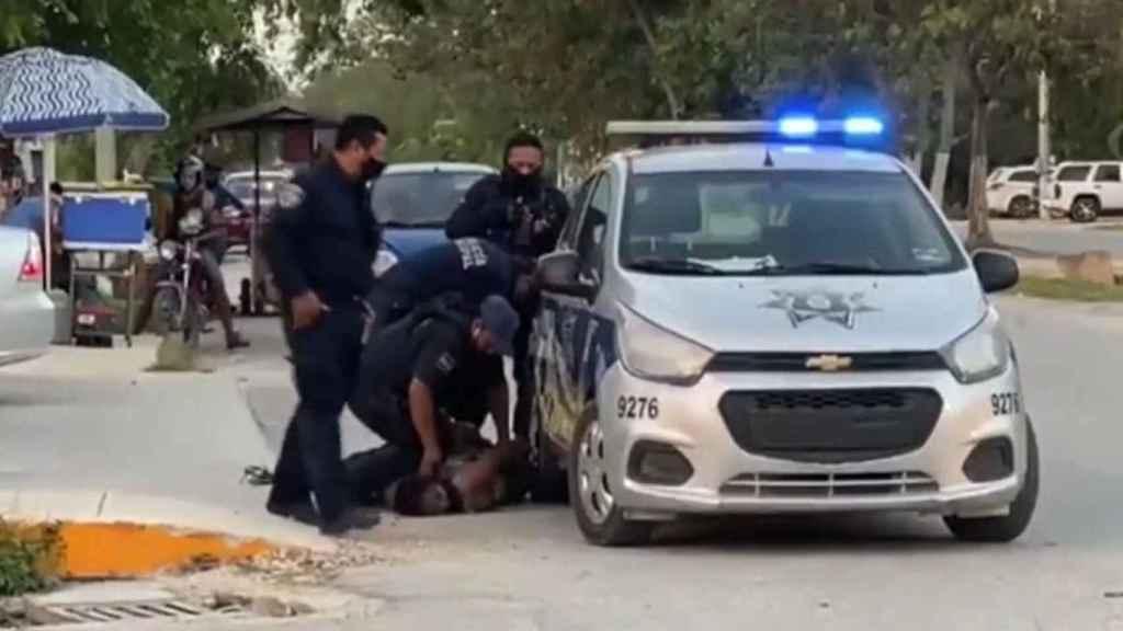 El momento en que el policía se arrodilla encima del cuello de la mujer.
