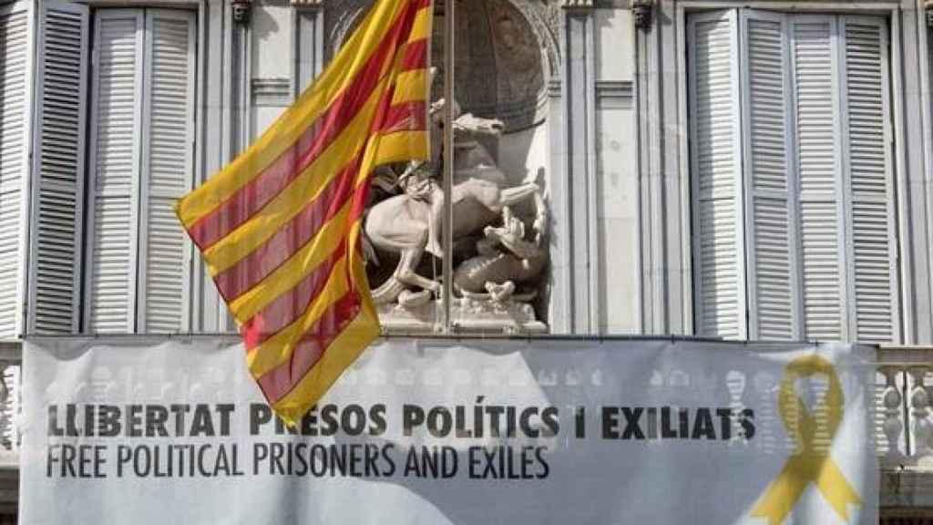 Fachada del Palau de la Generalitat con una pancarta que reivindica a los político presos.