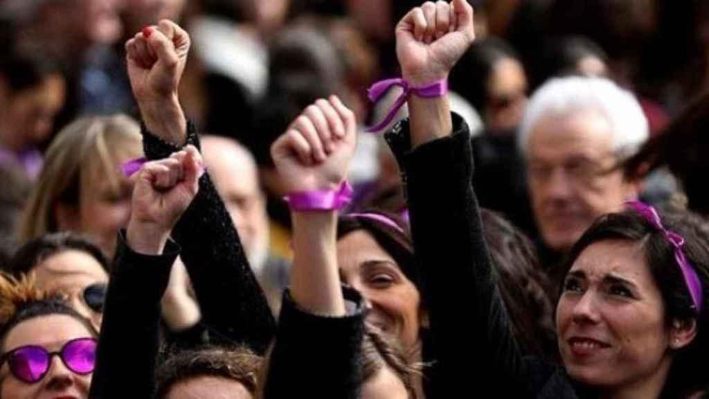 Mujeres con el puño en alto durante el 8-M.