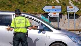 Un Guardia Civil para un vehículo para multar al conductor.