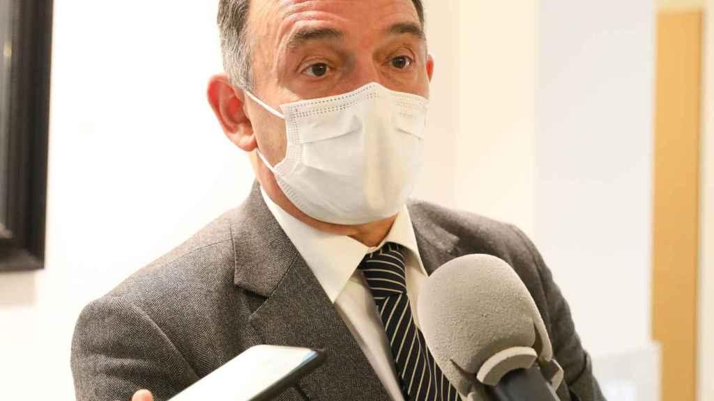 Enrique Santiago, respondiendo a los medios.