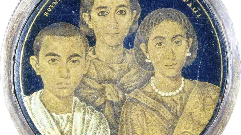 Valentiniano (a la izquierda), con su hermana Justa Grata Honoria y su madre Gala Placidia.