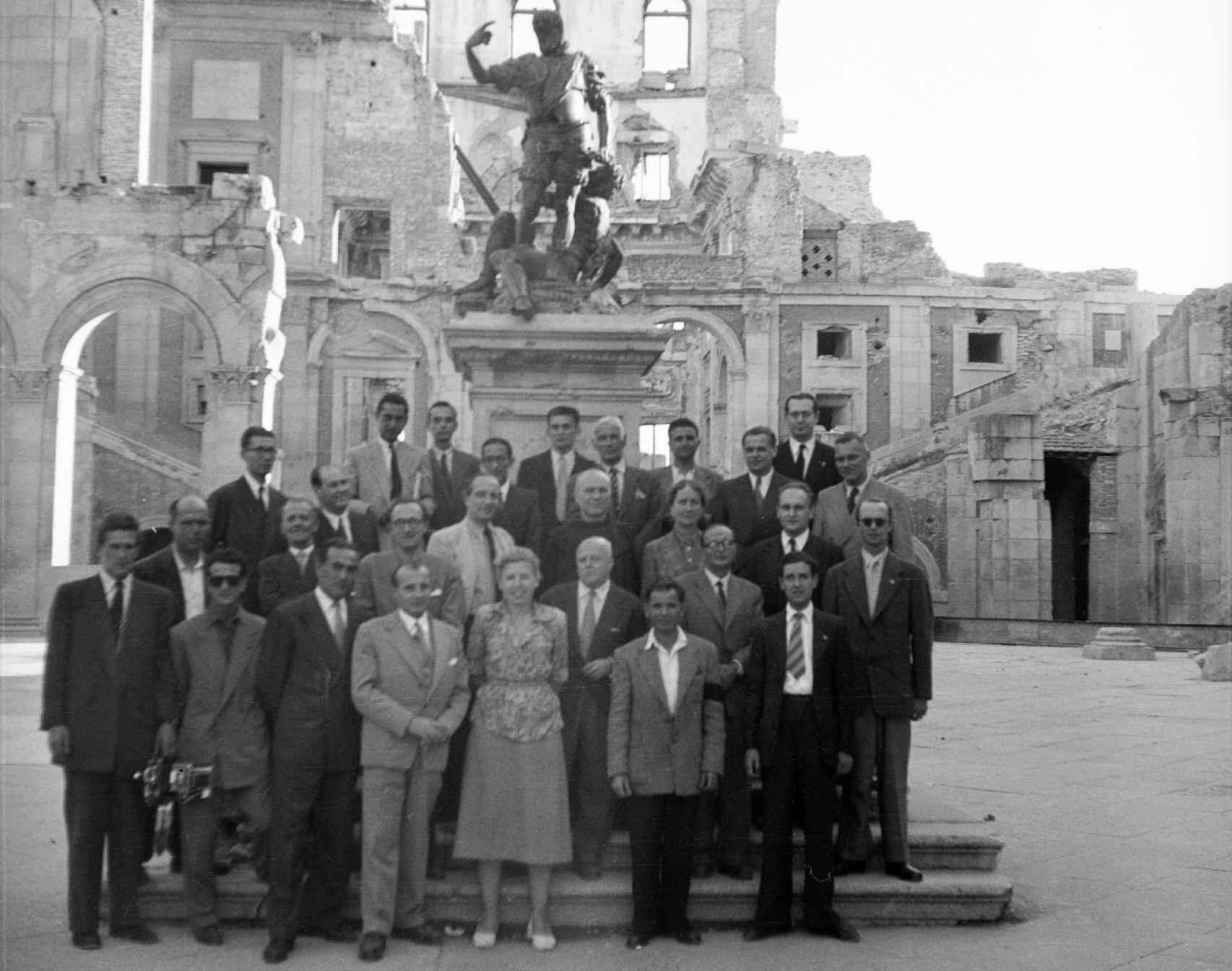 Grupo de personas junto a la escultura de Carlos V en el patio del Alcázar de Toledo el 28 de septiembre de 1951 (Foto cedida por el autor perteneciente a la Colección Rodríguez.