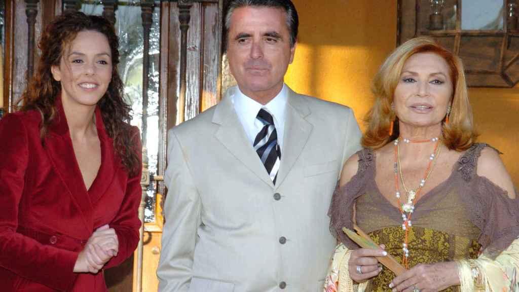 Rocío Carrasco junto a su madre y José Ortega Cano en 2005.