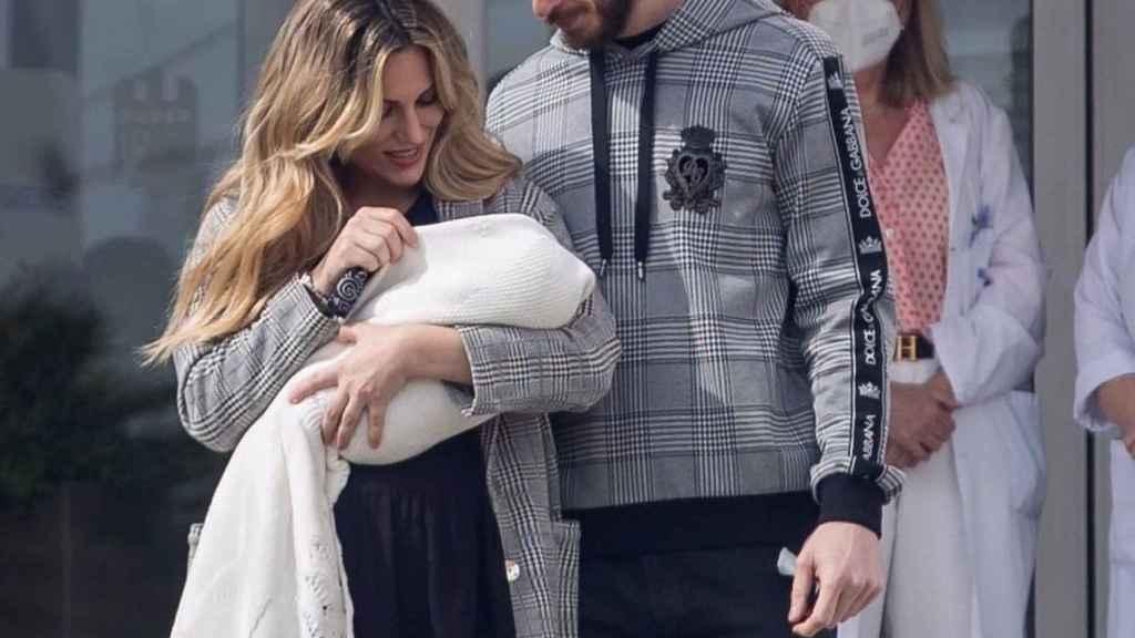 Edurne y David saliendo del hospital con su hija en brazos a principios de marzo.