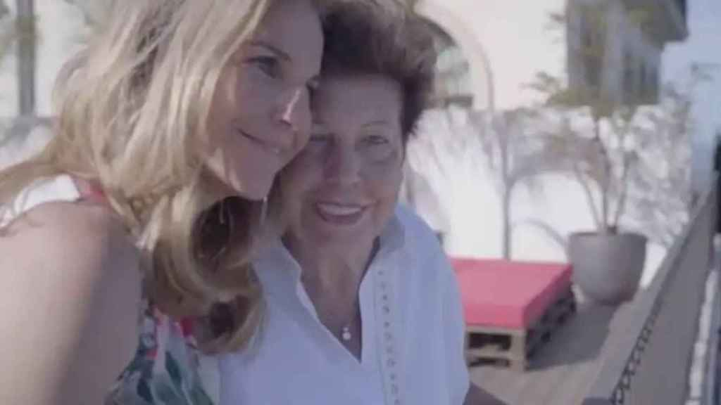Arantxa abrazada a su madre durante el documental.