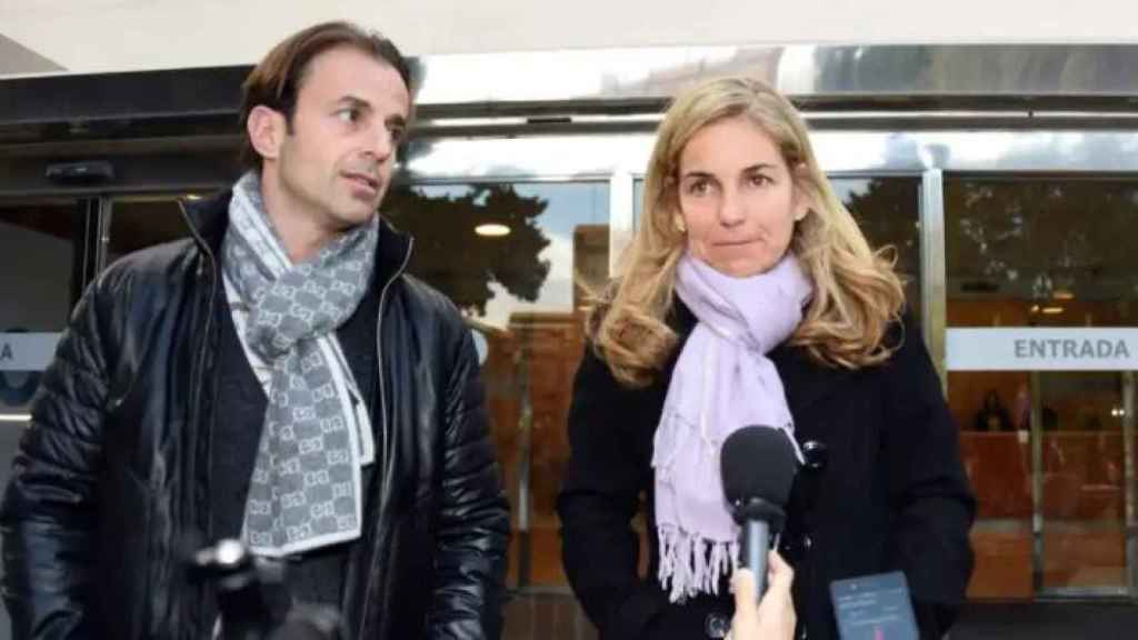 Arantxa junto a Josep Santacana a las puertas del velatorio por el padre de la tenista.