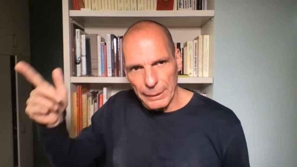 Yanis Varoufakis atendió la videollamada desde Atenas.