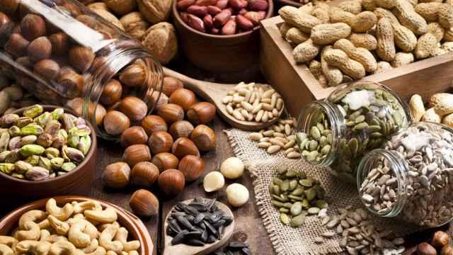 Un surtido variado de frutos secos.