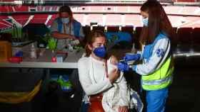 Una mujer recibe una vacuna en el Wanda Metropolitano.