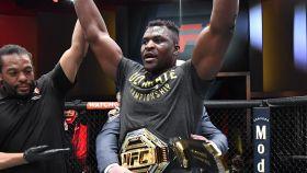 Francis Ngannou, con el cinturón de campeón del peso pesado de la UFC