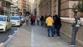 Cola para el servicio del Padrón Municipal de Valencia en la calle Periodista Azzati. EE
