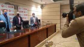 Santiago Navarro, CC OO, y Antonio Jiménez, de UGT, esta mañana en la rueda de prensa.