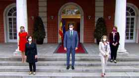 El presidente del Gobierno en Moncloa junto a las vicepresidentas.