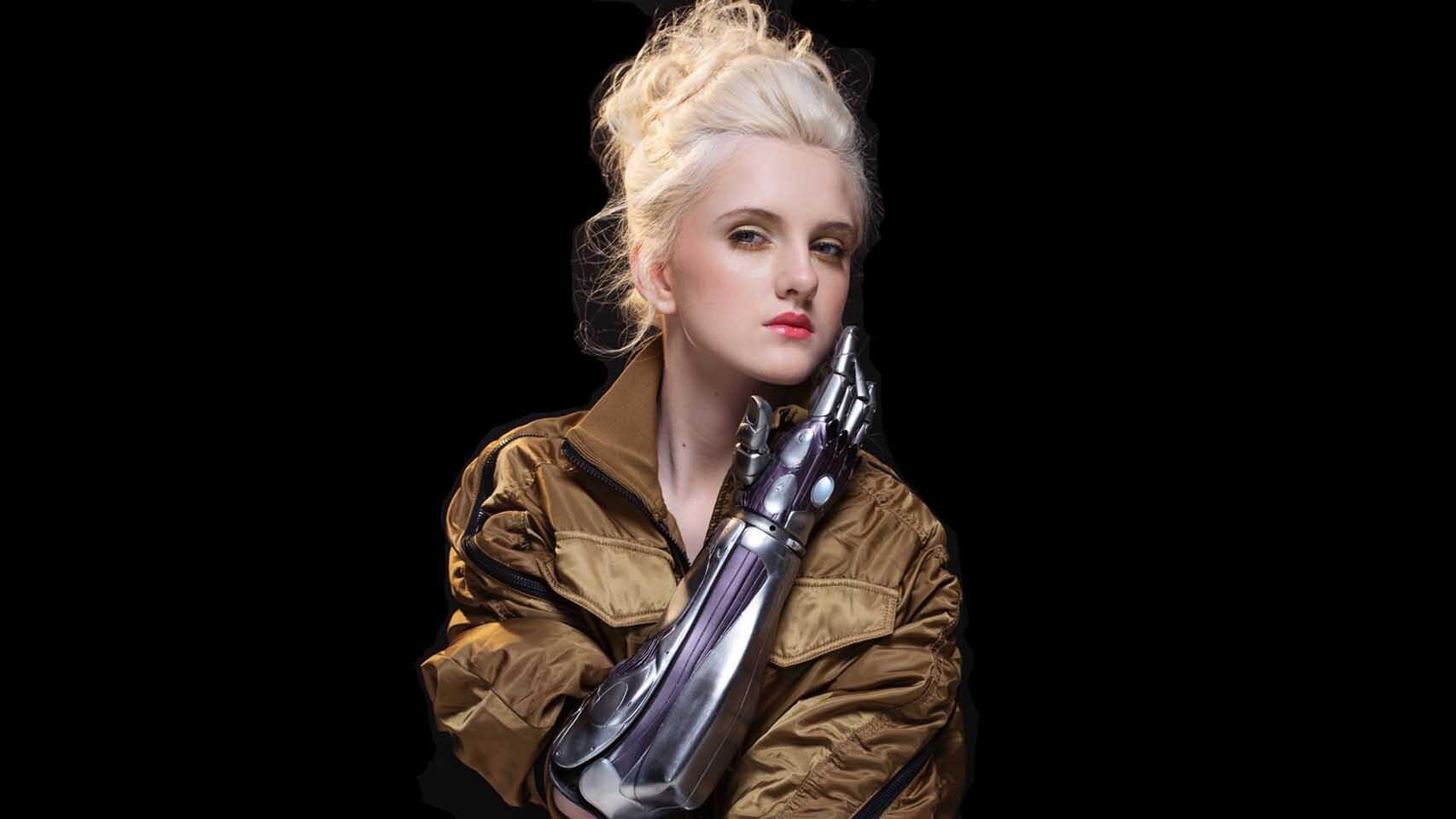 Tilly Lockey, modelo con dos brazos biónicos.