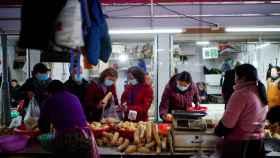Imagen de un mercado de Wuhan, donde según la OMS no se originó el coronavirus.