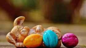 Una representación del Conejo de Pascua con tres huevos decorados.
