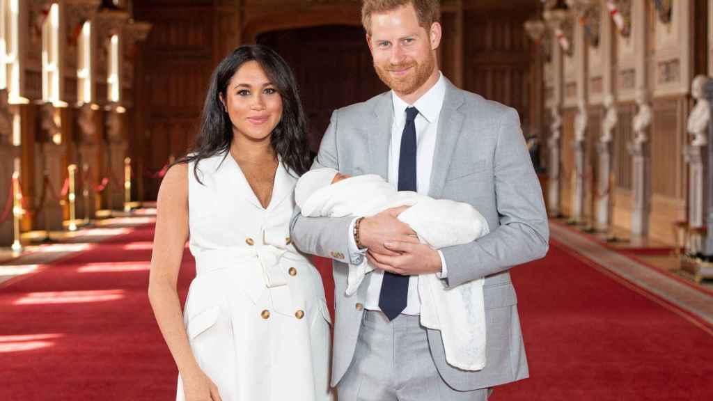 Meghan y Harry con su hijo en brazos en su presentación pública oficial.