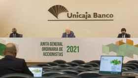 Manuel Azuaga preside la junta de accionistas de Unicaja en marzo de 2021.