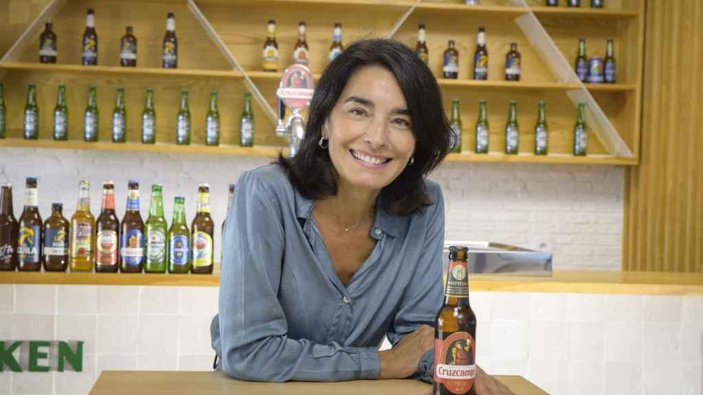 Carmen Ponce con una de sus cervezas favoritas: la Cruzcampo.