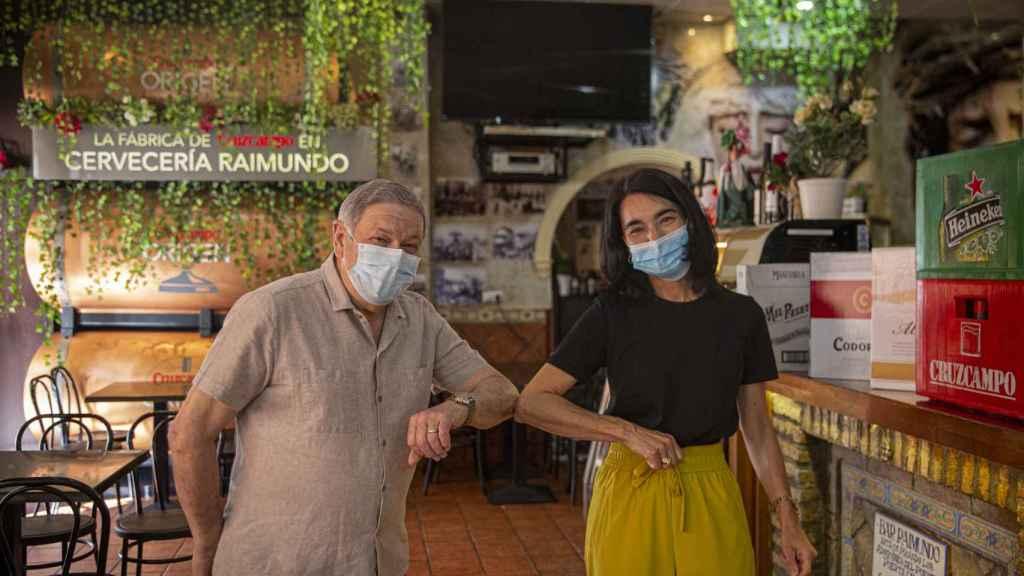 Carmen junto a un hostelero que ha recibido productos de la Fundación Cruzcampo gracias a programa 'Fuerzabar'.
