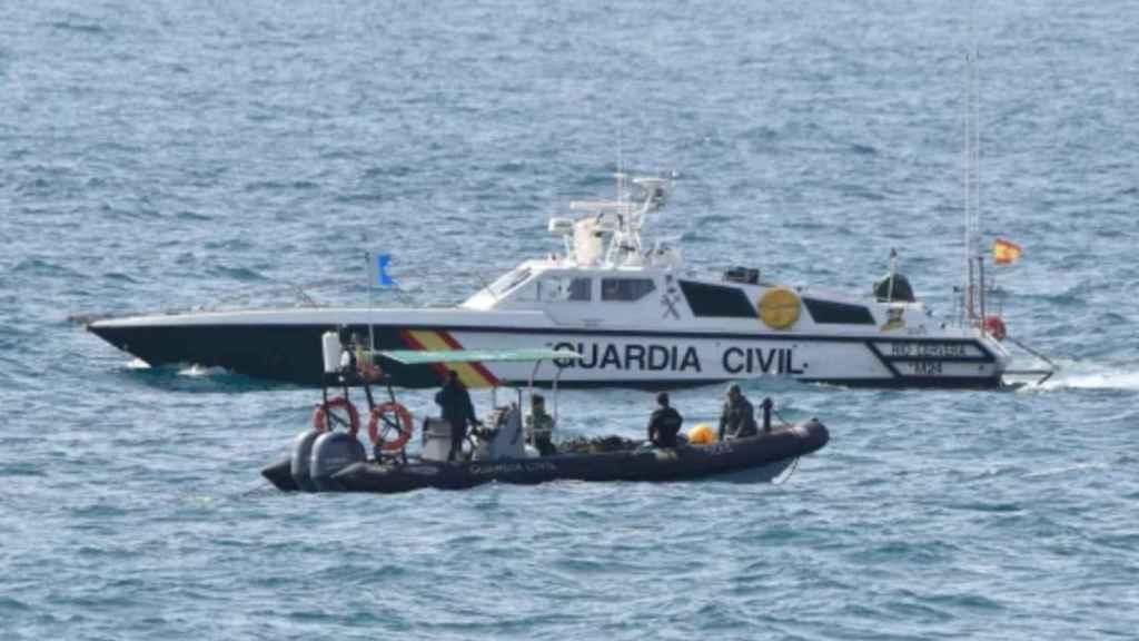 Personal del GEAS de la Guardia Civil buscando a los tripulantes de la patera que naufragó en Mazarrón.
