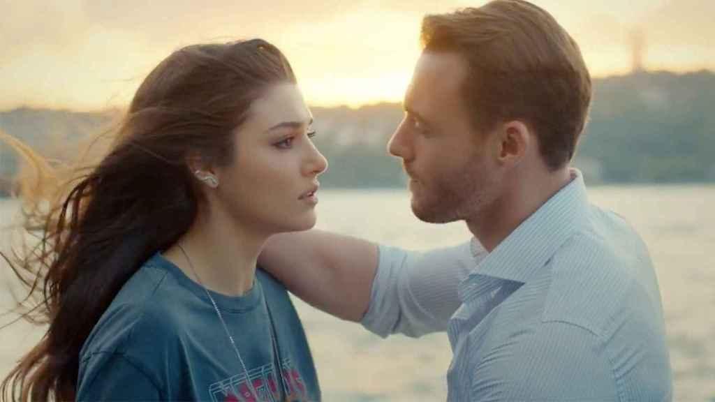 Hande Erçel y Kerem Bursin son los protagonistas de 'Love is in the air'.