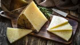 Una cuña de queso manchego.