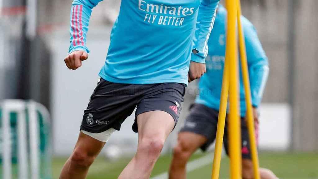 Fede Valverde practicando control de balón