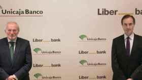 El presidente de Unicaja Banco, Manuel Azuaga, y el consejero delegado de Liberbank, Manuel Menéndez