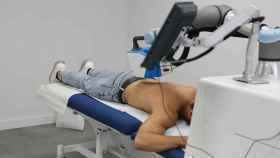 El robot masajista de Adamo tratando la espalda de uno de sus pacientes.