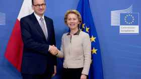 El primer ministro polaco, Mateusz Morawiecki, y la presidenta de la Comisión, Ursula von der Leyen, durante una reunión en Bruselas