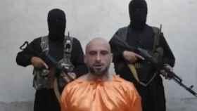 Alessandro Sandrini junto al grupo terrorista que le secuestró.