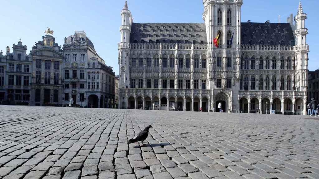 La Grand Place de Bruselas, vacía debido a las medidas sanitarias para frenar la expansión del coronavirus.
