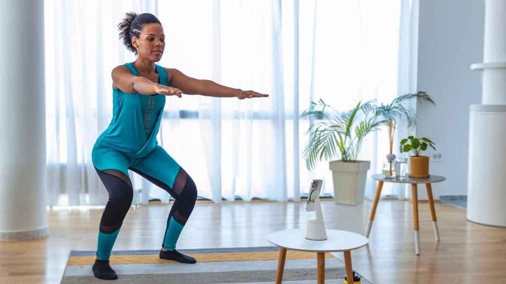 El soporte de Belkin siguiendo a una persona mientras realiza ejercicio.