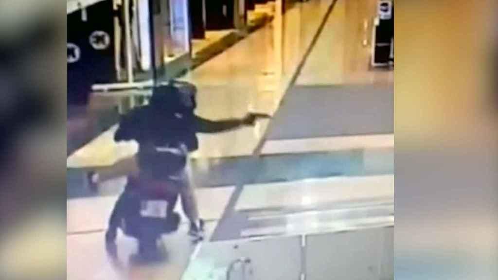 Los ladrones tras asaltar la joyería de la Nueva Condomina en Murcia.
