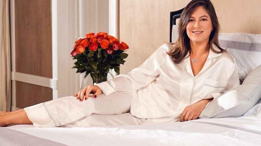 Foto de su dormitorio, utilizando ropa de la colección a la que presta su imagen, y en la que se observa ese corte de pelo similar al de Tamara.