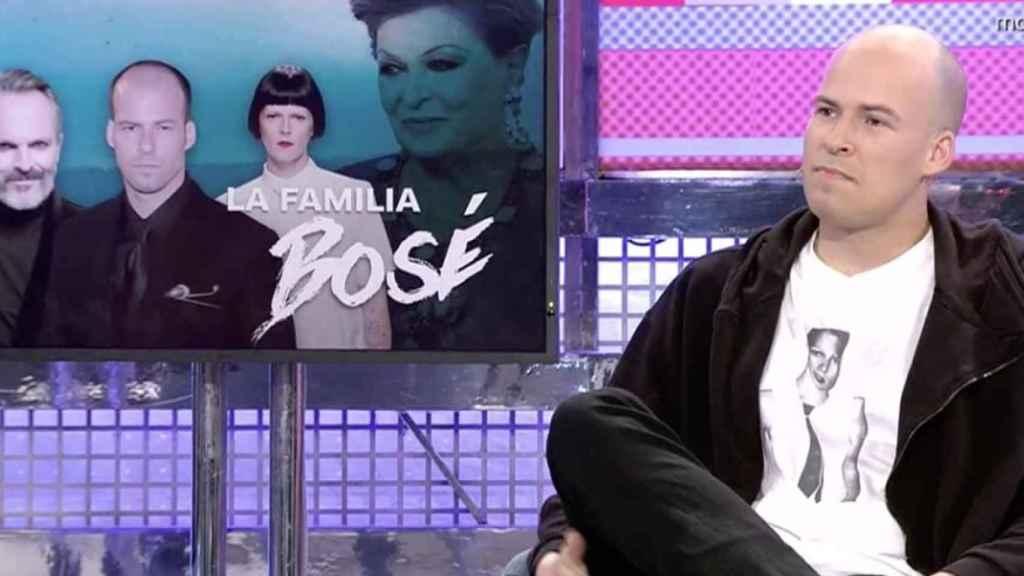 Olfo Bosé, sentado en el plató de 'Sábado Deluxe'.
