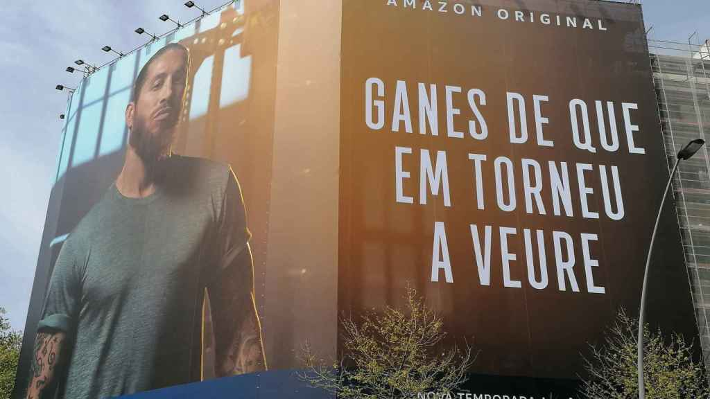 La pancarta de Sergio Ramos en el centro de Barcelona para promocionar su segunda serie documental en Amazon Prime. Foto: Twitter (@urisole)