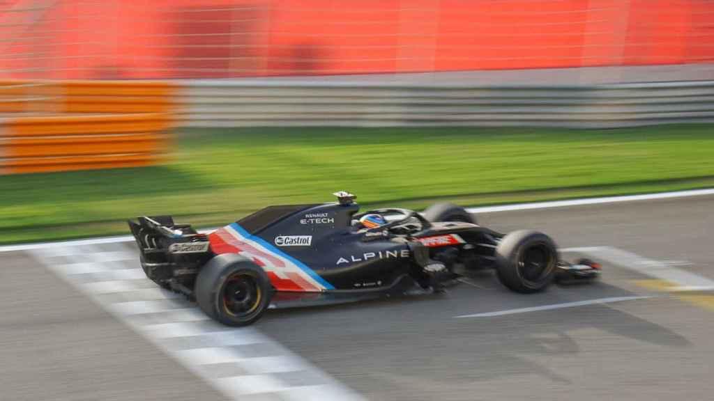 Fernando Alonso, con las ruedas de Pirelli de 18' en el circuito de Bahrein