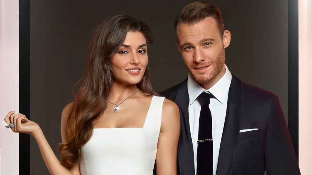 Hande Erçel y Kerem Bürsin, en una imagen promocional de la cadena Fox.