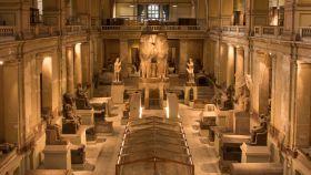 Estatuas colosales del faraón Amenhotep III y la reina Tiye en el Museo Egipcio de El Cairo.