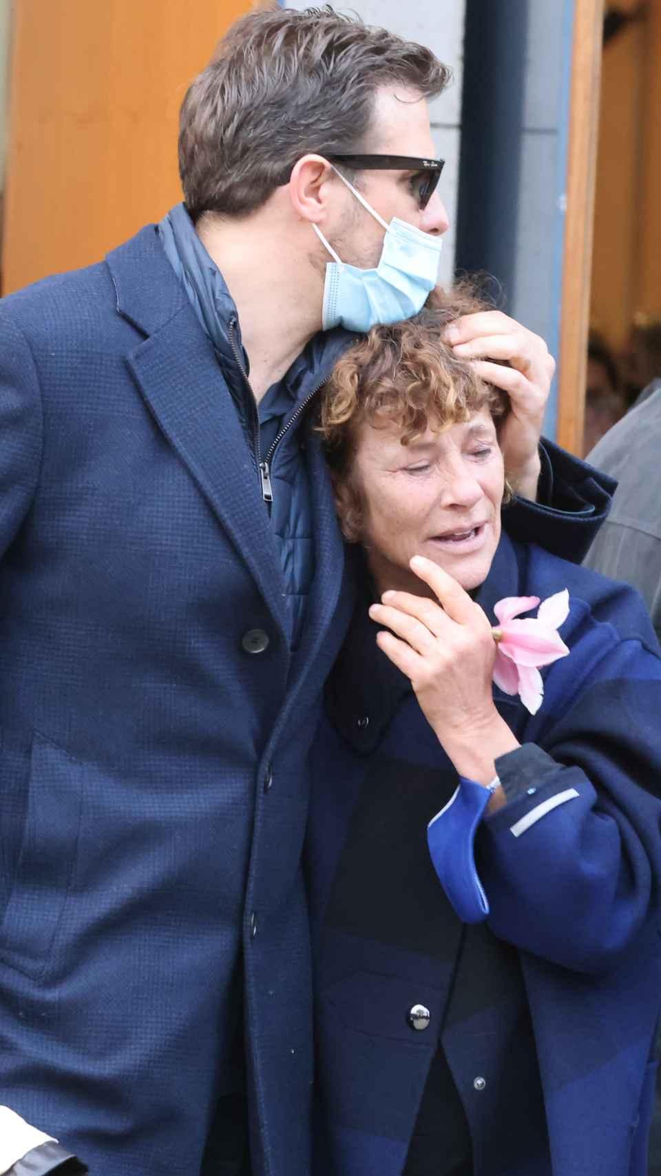 Rosa, madre de Álex Casademunt, junto a su hijo Joan en el funeral del artista.