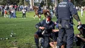 Un agente herido en la cabeza durante los enfrentamientos en un parque de Bruselas.