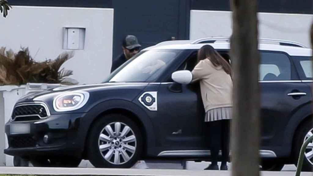Bustamante dejando a su hija, Daniella, en casa de Paula Echevarría.