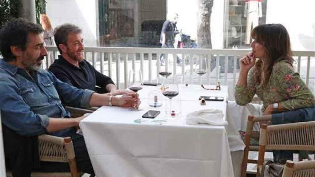 Pablo Motos y Juan del Val charlando con Nuria Roca en la sobremesa.