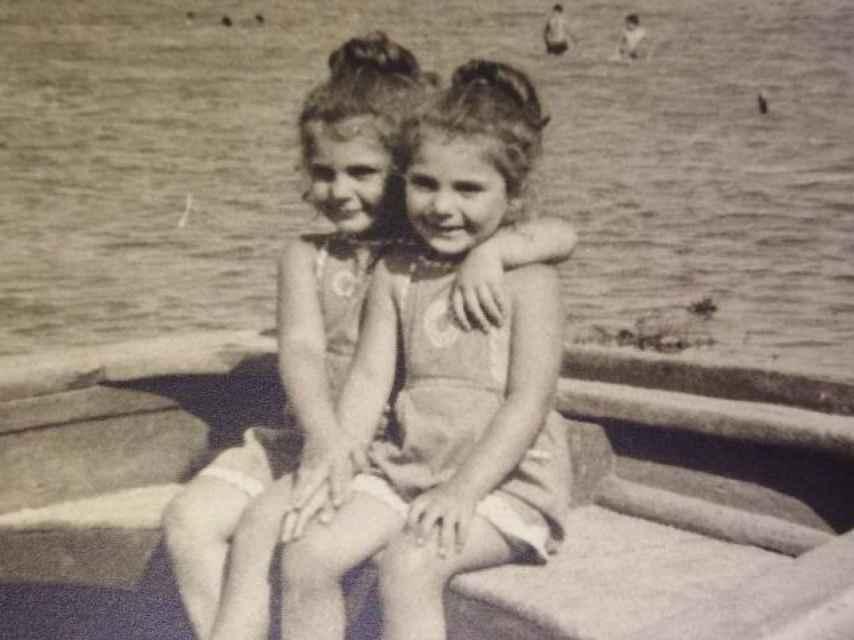Mabel y Mamen en una playa del Mar Menor en 1964.