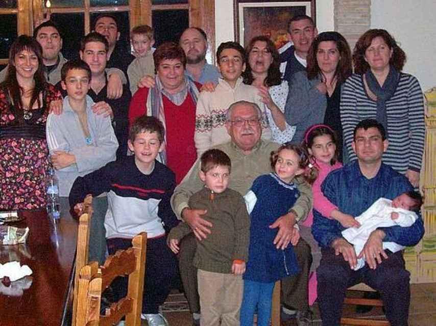 El veterinario José María junto a sus hijos y nietos.