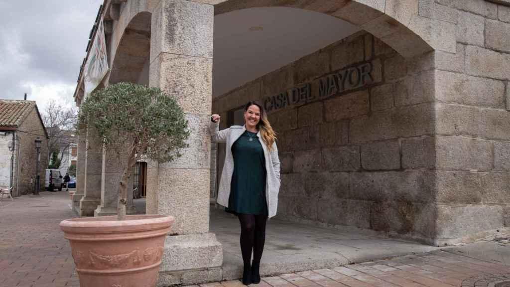 Carla Greciano, frente al antiguo Ayuntamiento de Galapagar.