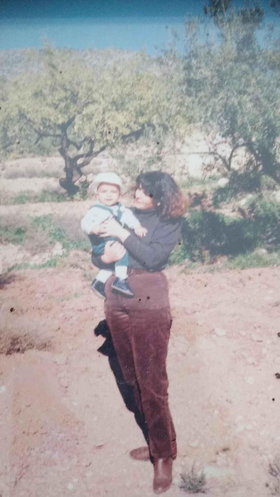 Mabel Campuzano con su hijo, Antonio, en brazos.